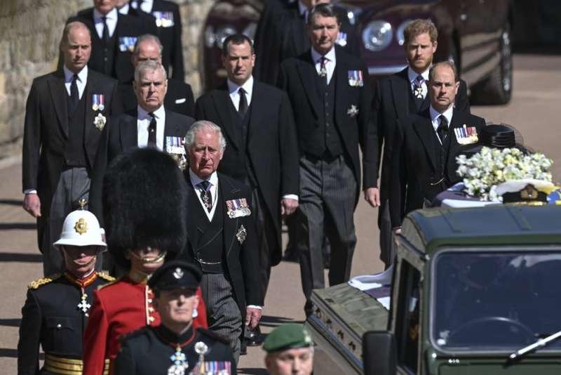 英國愛丁堡公爵(Duke of Edinburgh)菲利普親王(Prince Philip)的葬禮將在4月17日舉行,查爾斯王儲、哈利王子、威廉王子等人出席扶靈隊伍。(AP)