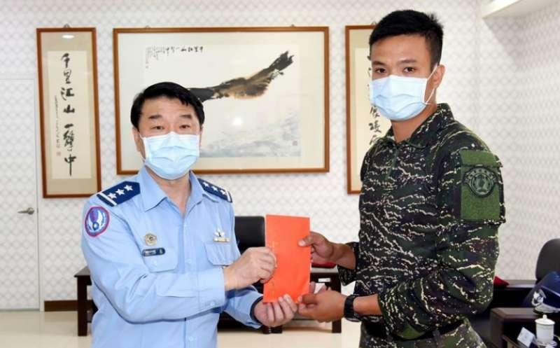 空軍司令熊厚基(左)頒發獎金,感謝兩棲偵搜大隊協助搜救失聯飛官。(取自青年日報)