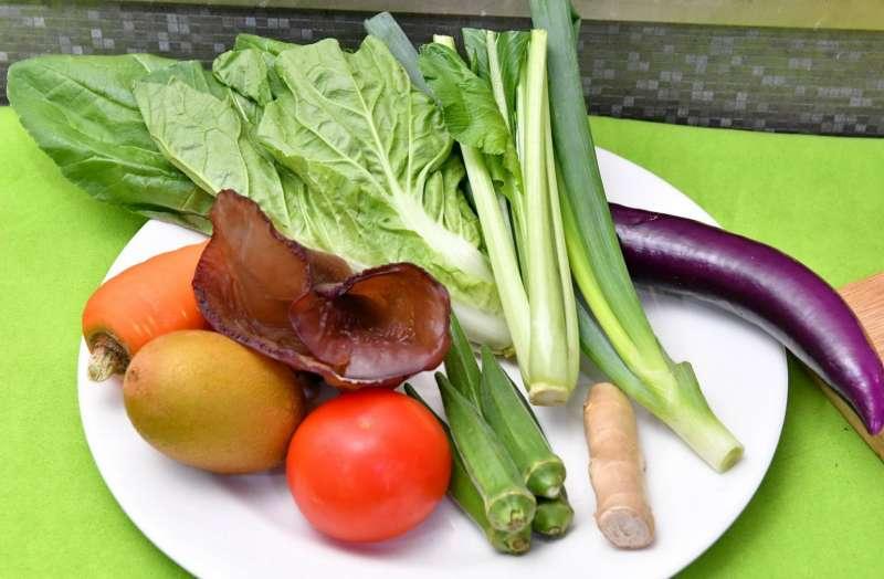 低腹敏飲食如胡蘿蔔、木耳、奇異果、番茄、小白菜、油菜、茄子、薑、蔥綠及秋葵可改善症狀。