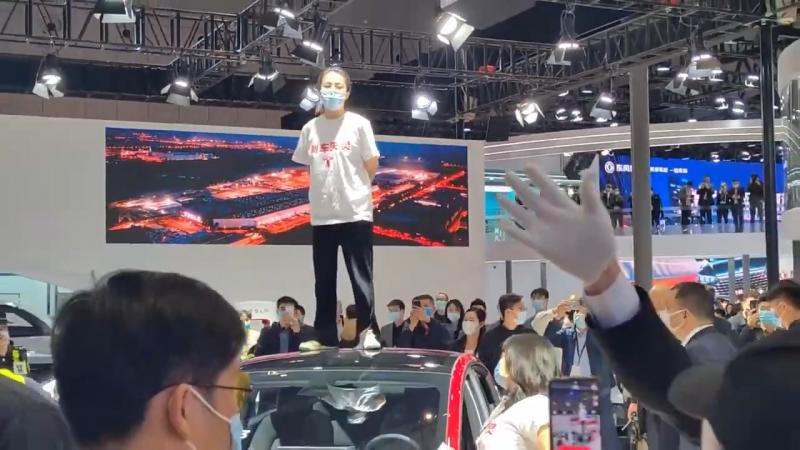 中國一名特斯拉女車主19日到上海車展特斯拉展區鬧場,被警方拘留5日,引發輿論議論。(翻攝自You Tube)