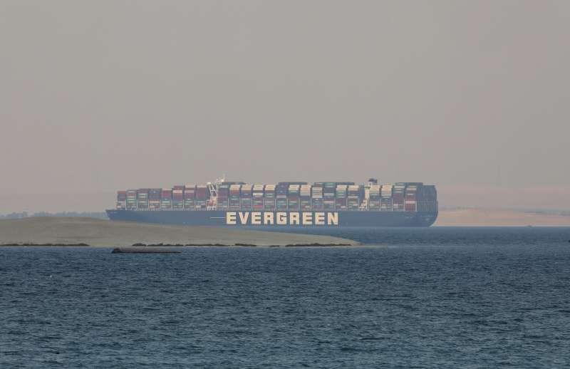 2021年3月23日,長榮海運巨型貨輪「長賜號」於埃及蘇伊士運河上擱淺,造成全球海運大堵塞。(AP)