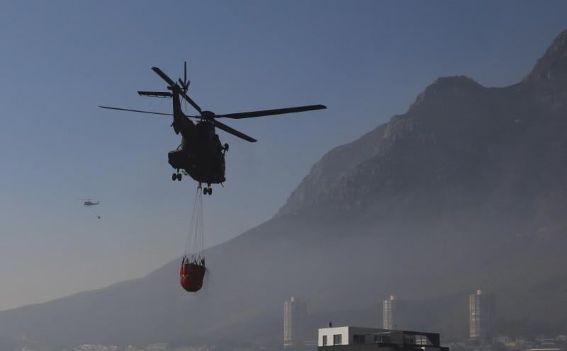 2021年4月,南非桌山(Table Mountain)大火,火勢延燒開普敦(Cape Town)市區(AP)