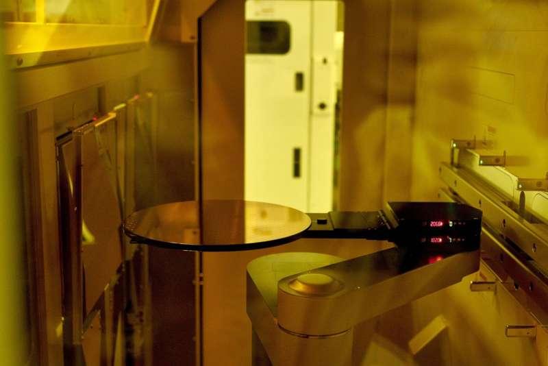 格芯位於紐約州馬耳他的生產設施內的半導體薄片。(GABBY JONES FOR THE WALL STREET JOURNAL)