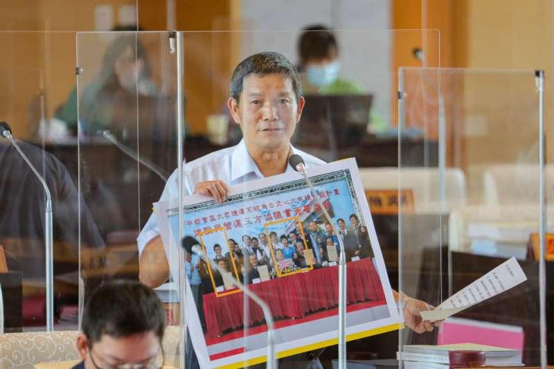 議員劉士州針對台中捷運從無到有的催生過程,提出照片見證。(圖/台中市政府提供)