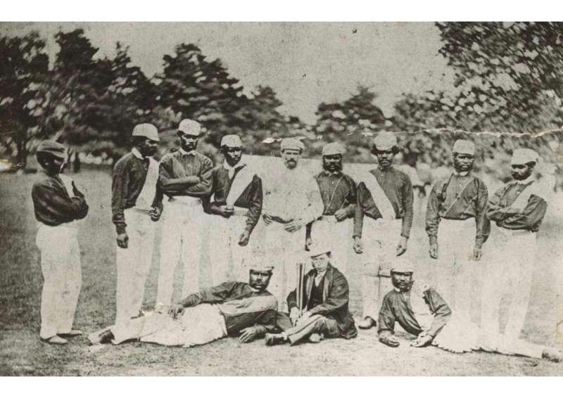 澳洲土著板球隊在英格蘭的合影,照片中央即為身兼領隊與教練的勞倫斯。(Public Domain)
