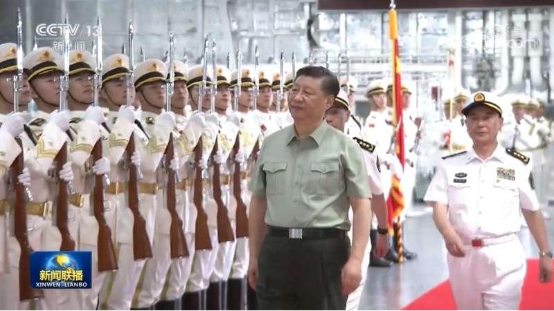 習近平親自在三亞軍港視察最新交接入列的075型兩棲攻擊艦海南艦。(翻攝央視)