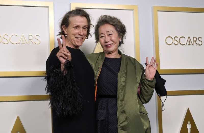 第93屆奧斯卡金像獎:最佳女配角尹汝貞(右)、最佳女主角法蘭西絲麥朵曼(AP)
