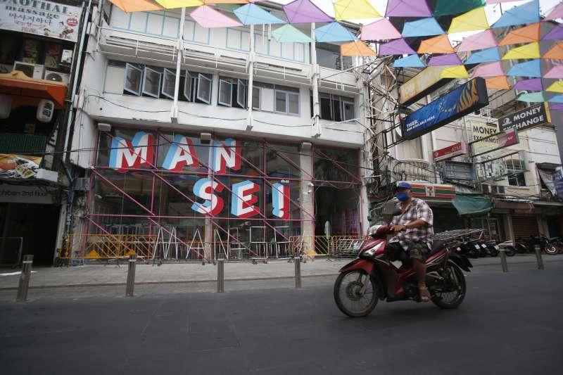 泰國爆發迄今最嚴重新冠肺炎疫情,過往觀光客雲集的曼谷考山路也空蕩蕩。(AP)