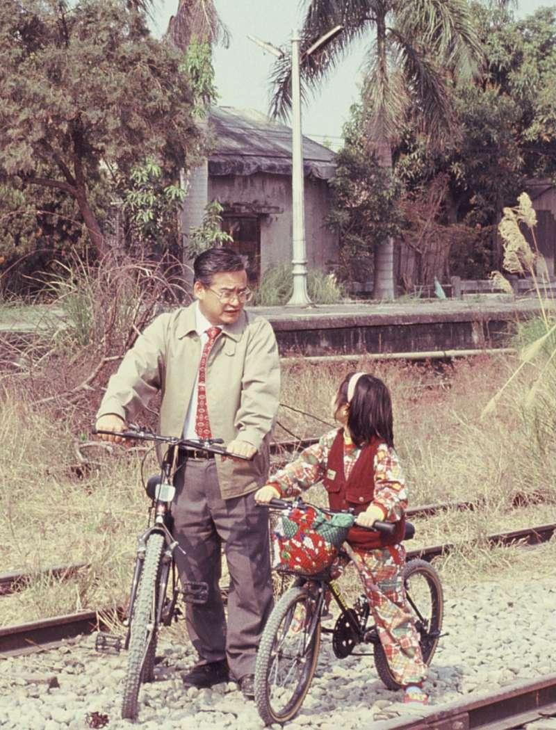 張隆盛推動東豐自行車道與小朋友聊天(攝影/郭瓊瑩)