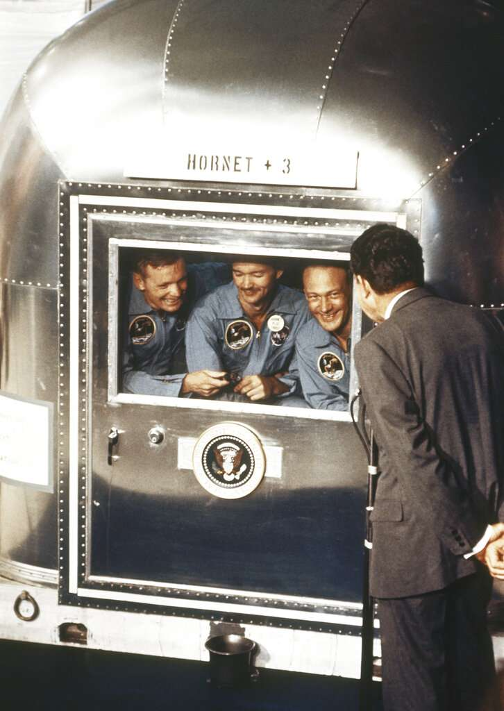 時任美國總統的尼克森1969年7月在太平洋上的美國海軍「大黃蜂號」航空母艦上歡迎返回地球的「阿波羅11號」登月使命的三名太空人:指揮長阿姆斯壯、指揮艙駕駛員柯林斯和登月艙駕駛員奧德林。(美聯社)