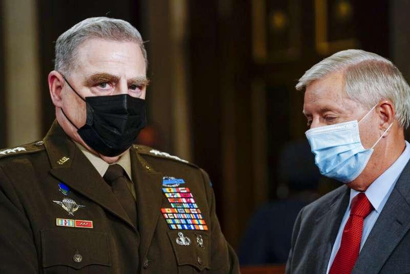美國總統拜登28日晚間發表國會聯席演說,圖為美軍參謀首長聯席會議主席米利(Mark Milley,左)。(美聯社)