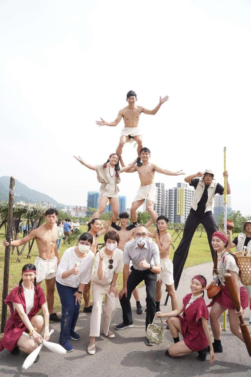 副市長謝政達、文化局長龔雅雯為參與聚落共築體驗的民眾加油打氣。(圖/新北市文化局提供)