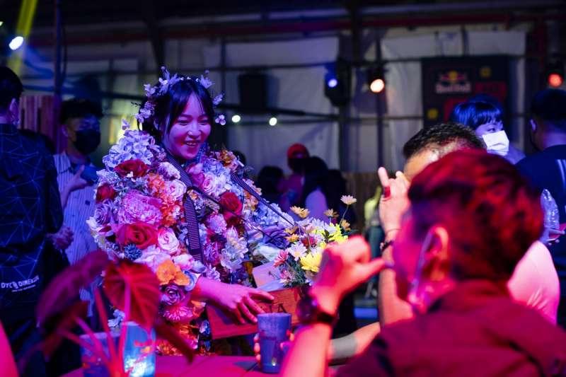遊客與Red Bull Bar Block 無夜城內的里民賣花女孩,交換故事。(圖片提供:RED BULL)