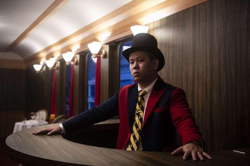 列車長恩熙俊帶領遊客搭乘紅牛特快車前往Red Bull Bar Block 無夜城。(圖片提供:RED BULL)