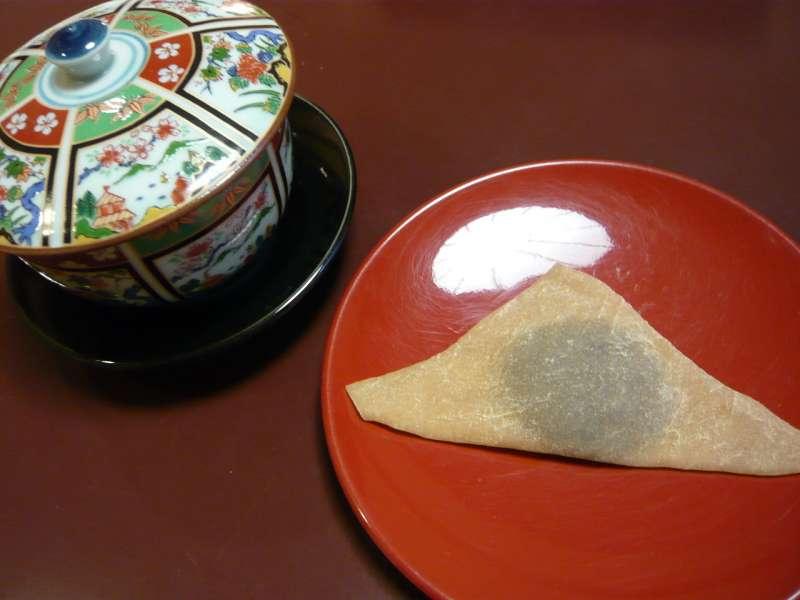 用米粉和砂糖製作而成的「生八橋」,是日本代表和菓子之一。(圖/取自維基百科)