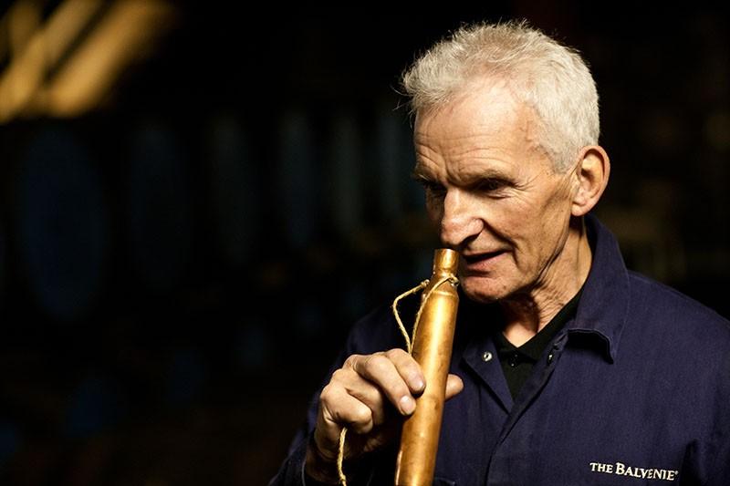 資深銅匠 Dennis McBain是催生出百富獨特的風味的推手之一,(圖片來源 The Balvenie百富)