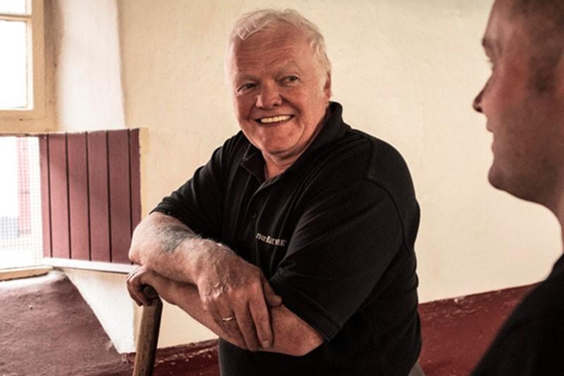 對翻麥師傅 Robbie Gormley來說,傳承下的技術不是只有翻攪麥粒而已,還需傳授更多孵麥芽流程的淵博知識。(圖片來源 The Balvenie百富)