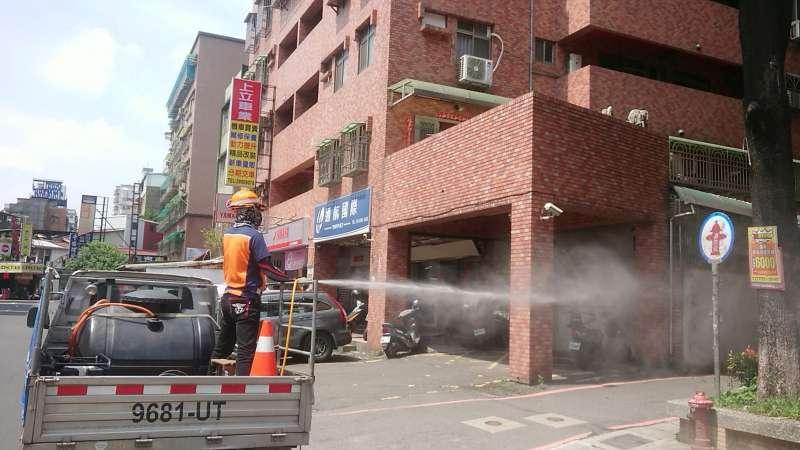 新北市環保局完成新莊中港路足跡消毒。(圖/新北市環保局提供)