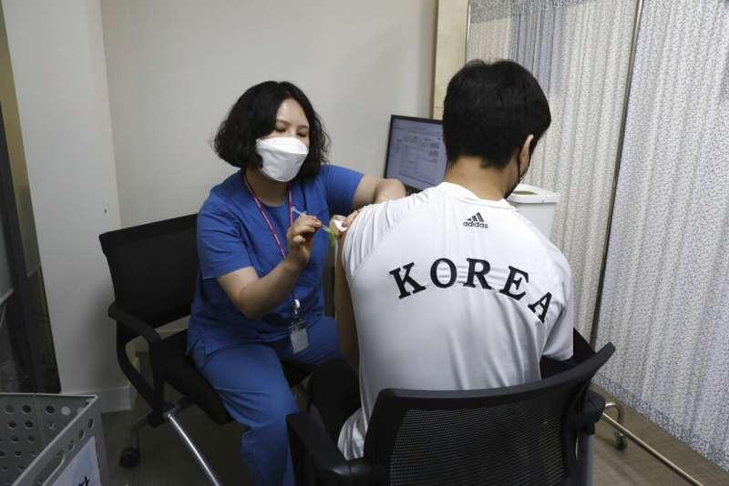 南韓民眾正在接受新冠疫苗接種。(美聯社)