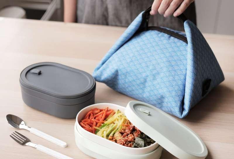 SWANZ這次也推出貼心配件,包括可以搭配便當盒的陶瓷湯杯、以及保溫便當提袋。(圖/SWANZ提供)