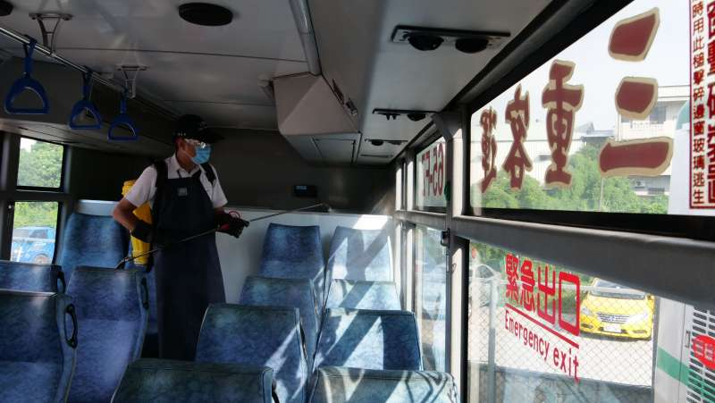 新北交通局加強大眾運輸清潔消毒的密度與次數,公車由2小時一次再加密為每班次全面清消。(圖/新北市交通局提供)