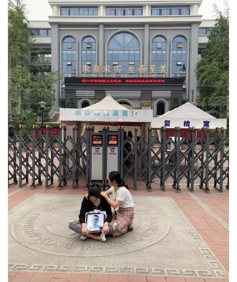 中國四川成都四十九中學生林唯麒離奇墜樓身亡,引發中國社會關注。(取自微博)