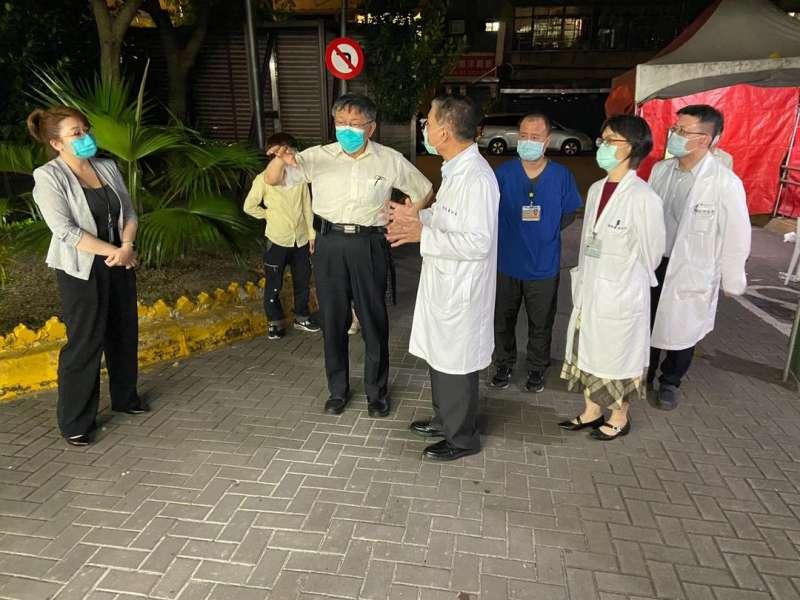 和平醫院爆發兩例新冠肺炎,台北市長柯文哲晚間趕赴了解。(柯文哲臉書).JPG