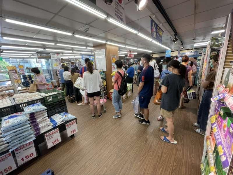 20210515-本土疫情升溫,各量販賣場出現物資搶購潮。圖為南港全聯。(風傳媒)