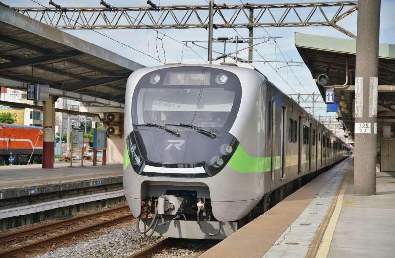 20210517-本土疫情升溫,台鐵宣布旅客即日起不得持電子票證搭乘對號自強號等列車,並增開區間快車供旅客分流搭乘,由EMU900值勤。(盧逸峰攝)
