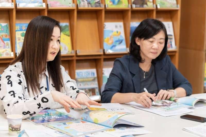 康軒出版社副總經理譚蕙婷(右)與美編經理張淑惠分享課本設計的巧思(圖片來源:創新聞)
