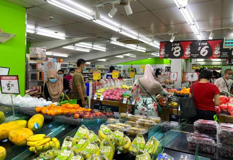 新加坡的民眾在疫情下購物。(美聯社)