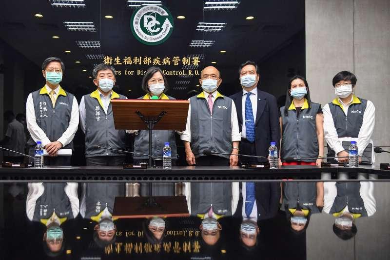 20210518-總統蔡英文(左三)、行政院長蘇貞昌(左四)等18日視察中央流行疫情指揮中心。(指揮中心提供)