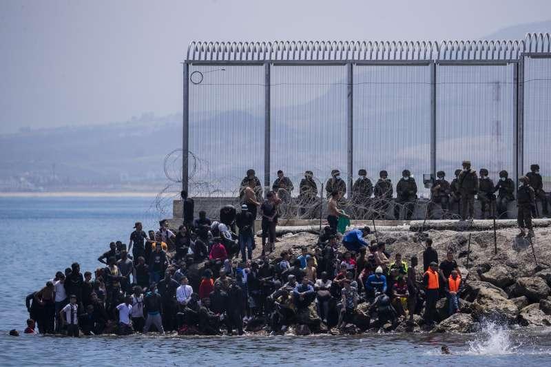 2021年5月18日,西班牙海外領土休達市湧入8000位移民,大部分都是摩洛哥人。(AP)