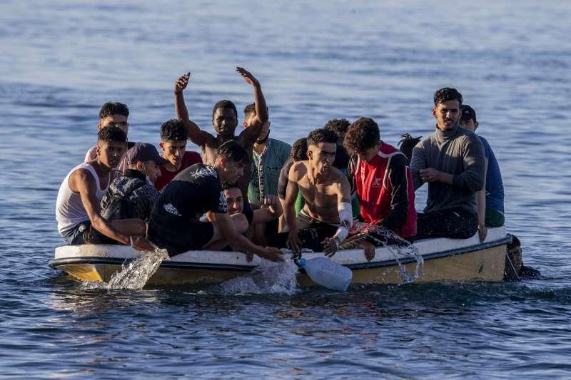 非洲人民乘船試圖進入西班牙於非洲的領地。(AP)