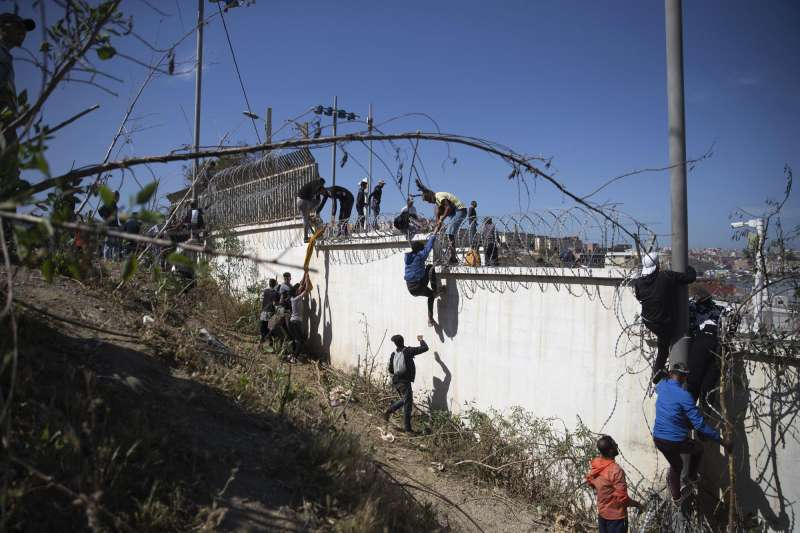 非洲人民試圖從陸路進入西班牙於非洲的領地。(AP)