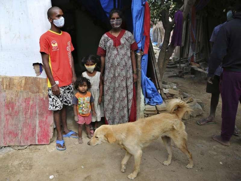 印度疫情、貧民窟、《美聯社》(AP)採訪邦加羅爾(Bengaluru)首陀羅帕德瑪瓦蒂的家人。(AP)