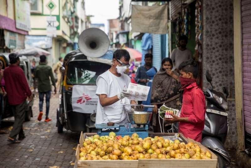 無國界醫生在孟買的戈萬迪東貧民窟開展健康教育活動,防止新冠肺炎毒病傳播。(Abhinav Chatterjee/MSF)