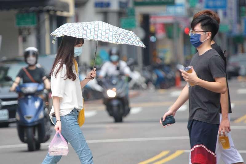 20210526-第三級防疫警戒延長,餐廳禁止內用,民眾外出購買午餐皆配戴口罩。(顏麟宇攝)