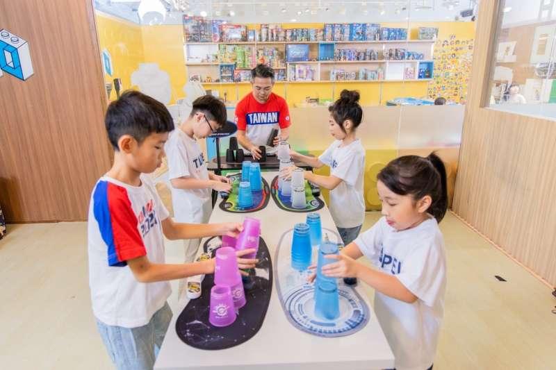 競技疊杯課程,培養孩子手眼協調和專注力(照片提供:愛蒂莫)