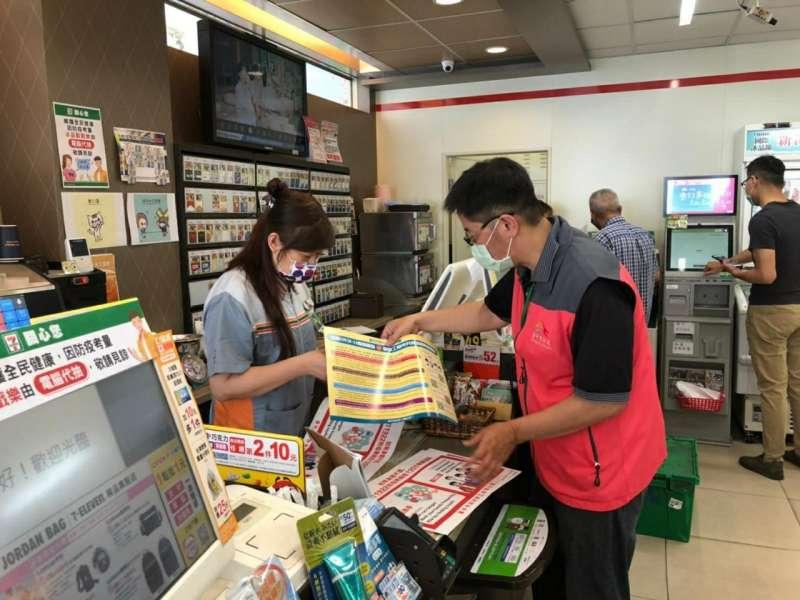 台中市府勞工局到商店進行移工防疫宣導。(圖/台中市政府提供)