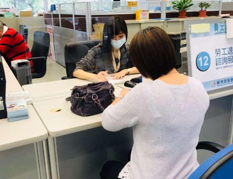 台中市府勞工局開放非自願性失業勞工生活補助服務諮詢,可透過電話或是網路查詢。(圖/台中市政府提供)