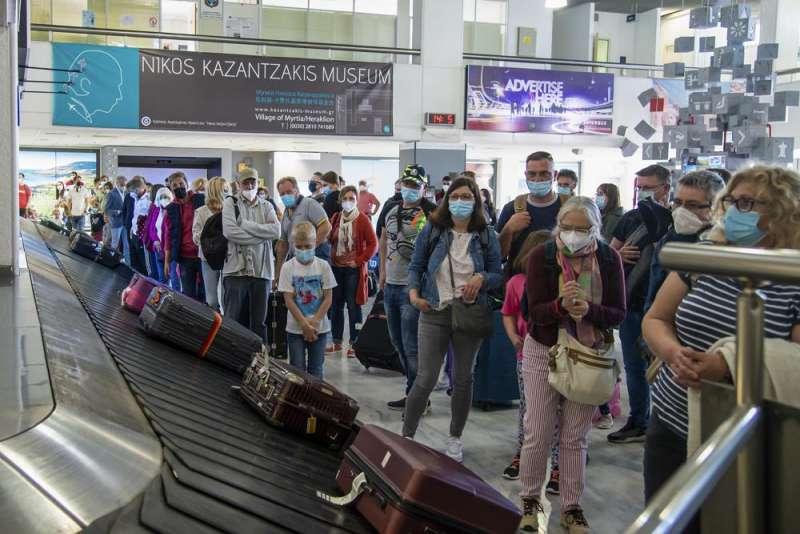 2021年5月,歐洲國家疫情隨著疫苗施打率上升獲得控制,歐洲人期待夏日派對。圖為來自德國的旅客,入境希臘克里特島。(AP)