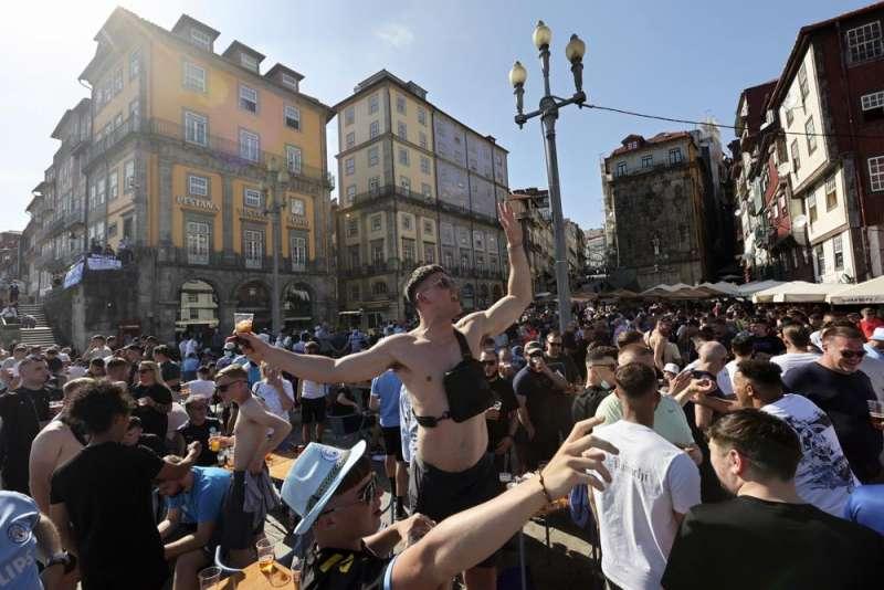 2021年5月,歐洲國家疫情隨著疫苗施打率上升獲得控制,歐洲人期待夏日派對。圖為球迷於葡萄牙波爾多(Porto)觀賞歐洲冠軍聯賽決賽。(AP)
