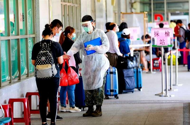 金門縣政府在機場設快篩站,民眾排隊等候篩檢。(取自楊鎮浯臉書)