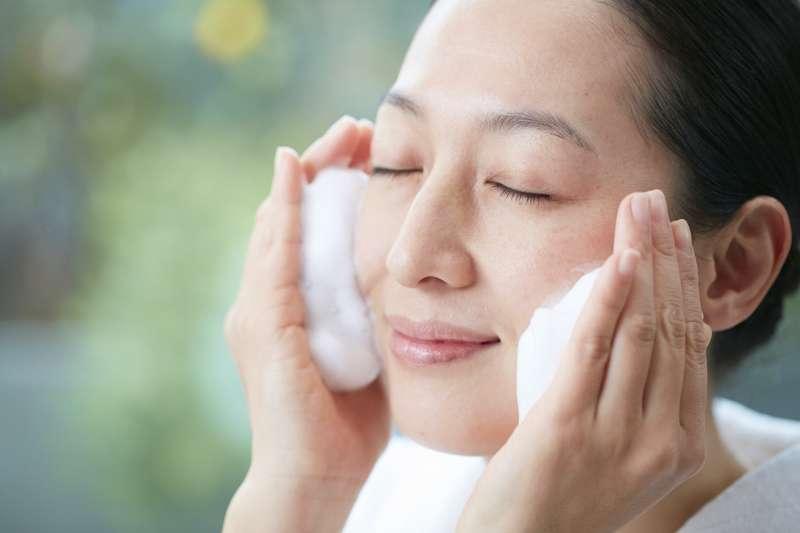 30歲以後的肌膚需要更細節的呵護,朵茉麗蔻建議,即使不出門、沒化妝也可在晚上進行卸妝與洗臉的保養程序。