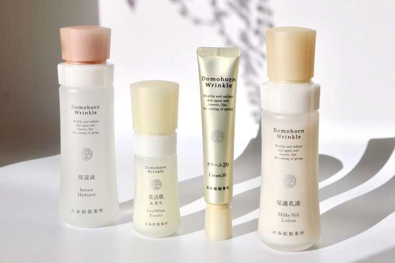 朵茉麗蔻的「基本4點」-(從左至右)「保濕液」、「美活肌精華」、「乳霜20」、「保護乳液」。養成分層保養習慣,讓夏日肌膚豐彈水嫩打敗加速老化成因。