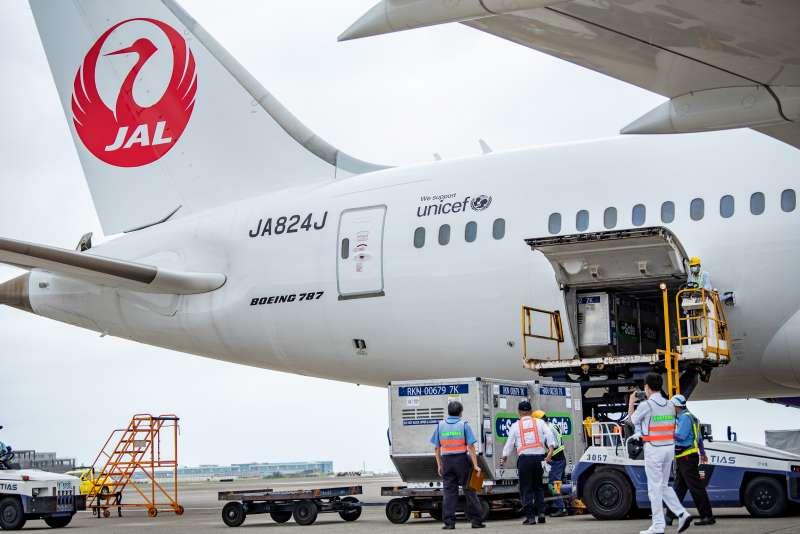 20210604-日本政府無償提供台灣124萬劑AZ疫苗,4日下午抵達桃園機場。(桃園市政府新聞處提供)