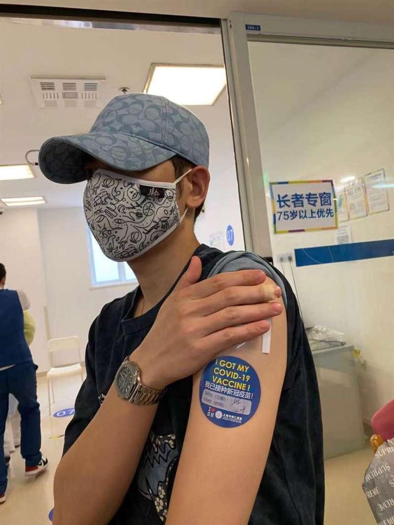 歌手蕭敬騰在上海同仁醫院接種國藥疫苗。(取自PTT)