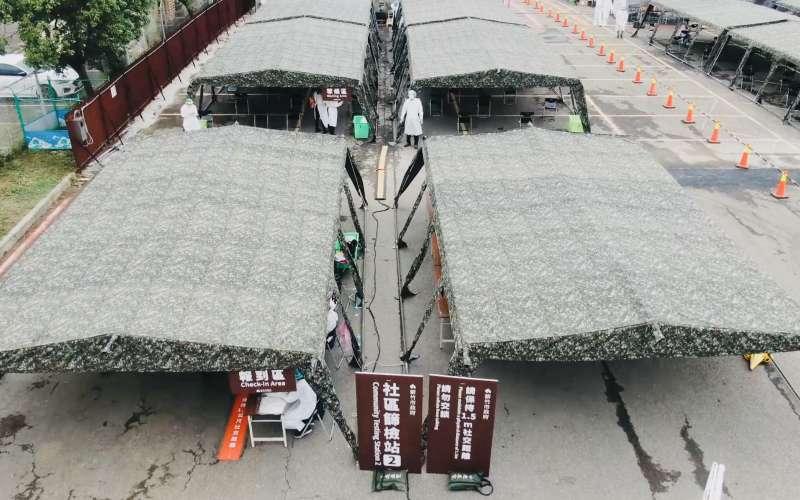 20210605-國軍在新竹市府請託下,投入百餘位官兵前往新竹科學園區,並在8小時內完成50頂篩檢站帳篷搭建作業。(國防部提供)