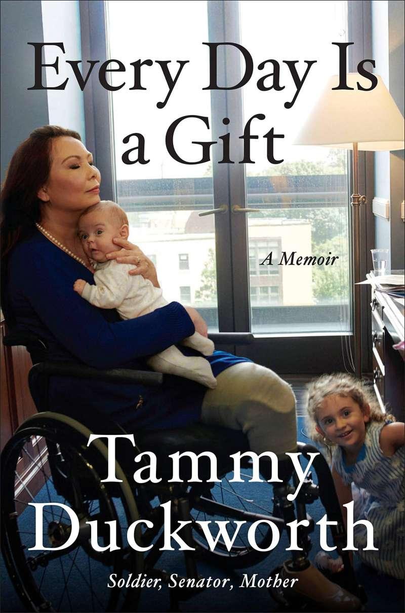 泰裔聯邦參議員達克沃斯(Tammy Duckworth)今年出版的自傳《每一天都是一個禮物》,封面是她與兩名寶貝的合影。(翻攝亞馬遜網站)